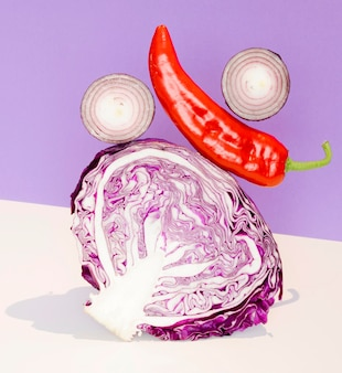 Vue de face du chou avec oignon et piment