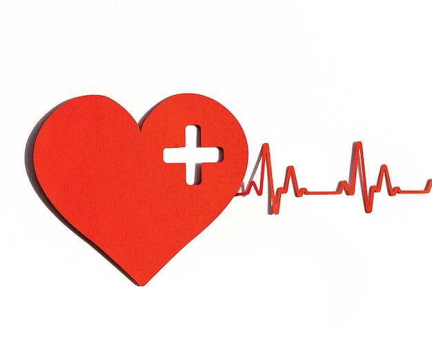 Vue de face du coeur en papier avec rythme cardiaque pour la journée mondiale du coeur