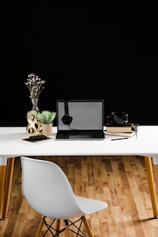 Vue de face du concept de bureau avec espace copie