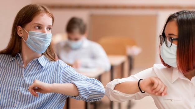 Vue de face du concept de covid de retour à l'école