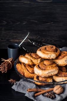 Vue de face du concept de délicieux petits pains à la cannelle