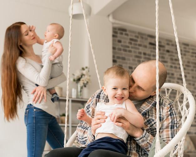Vue de face du concept de famille heureuse