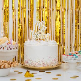 Vue de face du concept de gâteau de douche de bébé