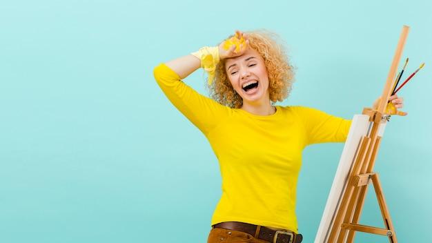 Vue de face du concept de jour jaune