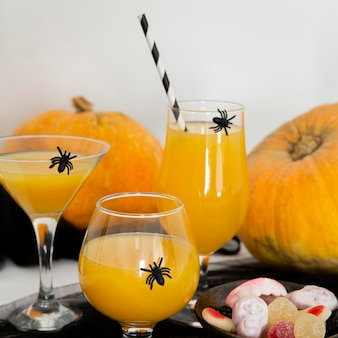 Vue de face du concept de jus d'orange halloween