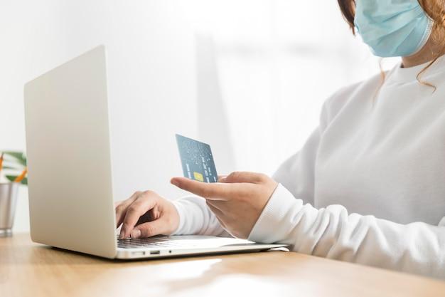 Vue de face du concept de magasinage en ligne