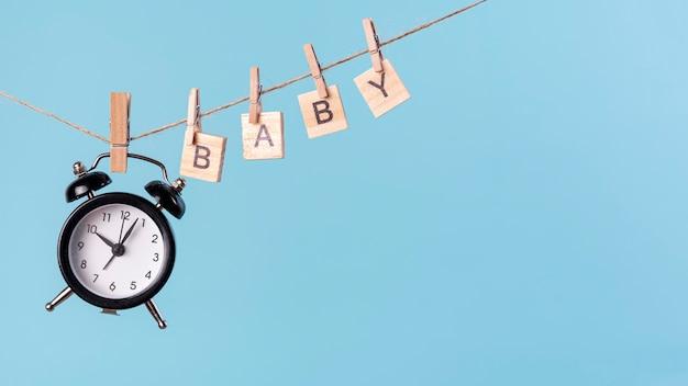 Vue de face du concept mignon petit bébé avec horloge