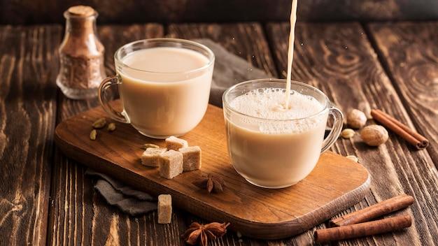 Vue de face du concept de thé au lait à la cannelle