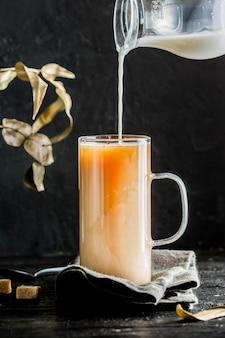 Vue de face du concept de thé au lait