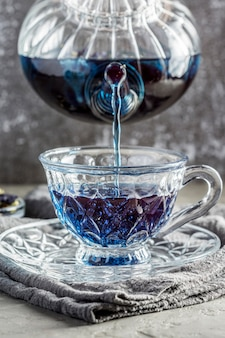 Vue de face du concept de thé bleu