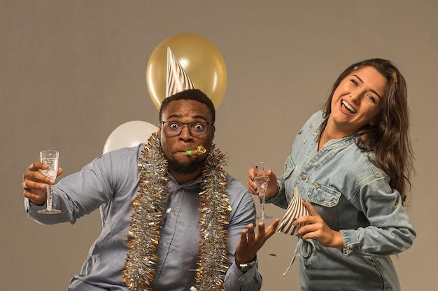 Vue de face du couple célébrant le nouvel an