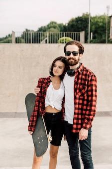 Vue de face du couple dans des tenues assorties
