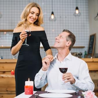 Vue de face du couple ensemble pour le dîner