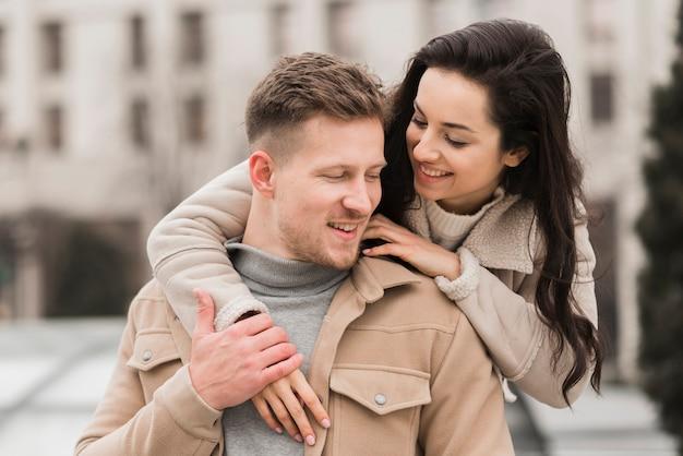 Vue de face du couple heureux