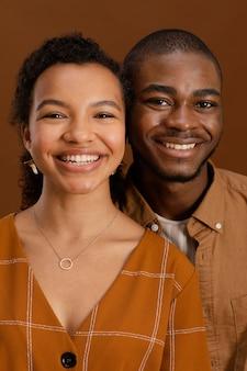 Vue de face du couple smiley