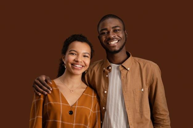 Vue de face du couple souriant posant ensemble