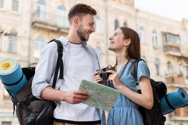 Vue de face du couple de touristes à l'extérieur