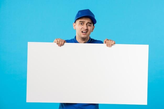 Vue de face du courrier masculin avec bureau blanc sur le bleu