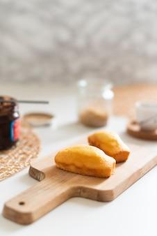 Vue de face du délicieux dessert sur le hachoir