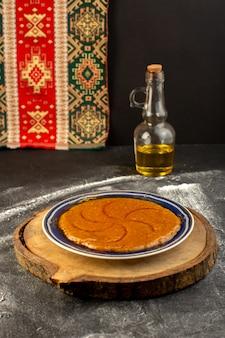 Vue de face du délicieux dessert sucré oriental délicieux halva doux à l'intérieur de la plaque sur la surface sombre