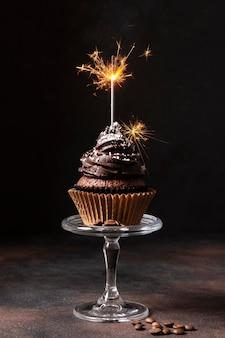Vue de face du délicieux petit gâteau au chocolat