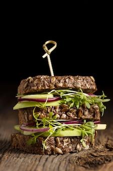 Vue de face du délicieux sandwich à la salade