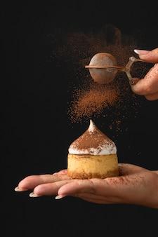 Vue de face du dessert avec du cacao en poudre