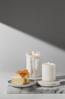 Vue de face du dessert du jour de l'épiphanie avec des bougies et de l'espace de copie