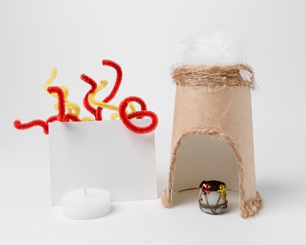 Vue de face du feu de joie avec cabane pour la célébration de lohri