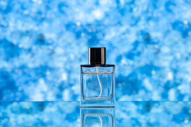Vue de face du flacon de parfum sur bleu clair