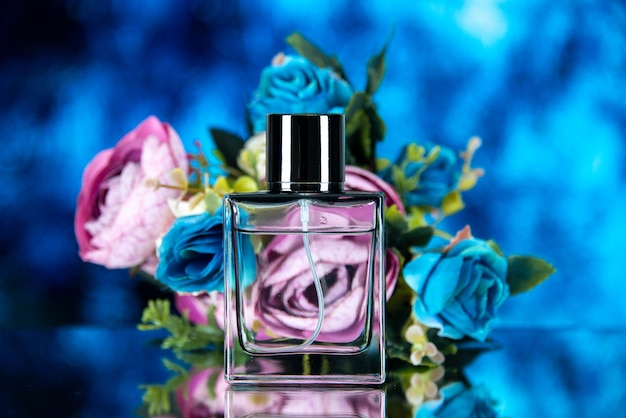 Vue de face du flacon de parfum rectangle fleurs colorées sur bleu photo stock