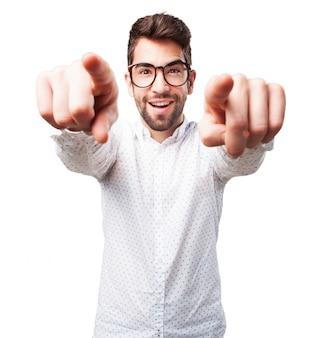Vue de face du garçon pointant avec les deux mains