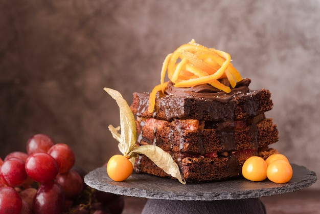 Vue de face du gâteau au chocolat aux fruits