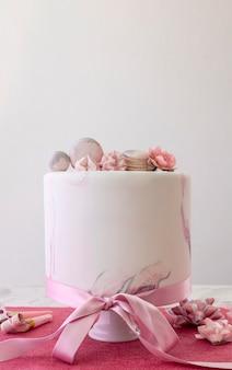 Vue de face du gâteau birthady avec espace copie
