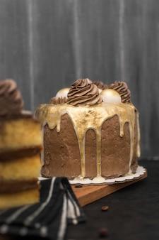 Vue de face du gâteau avec une tranche défocalisée