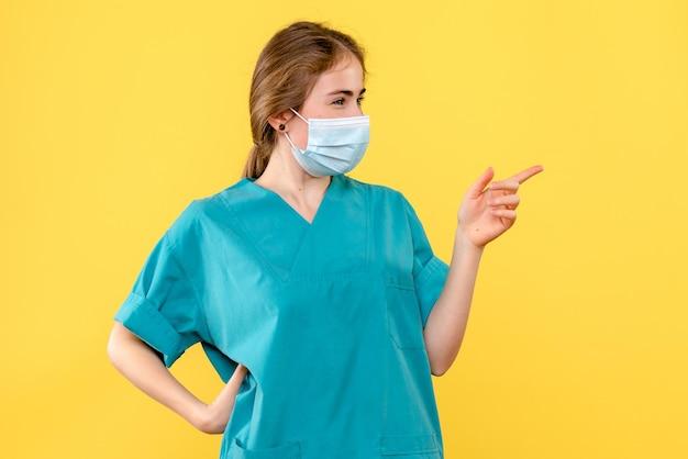 Vue de face du jeune femme médecin posant