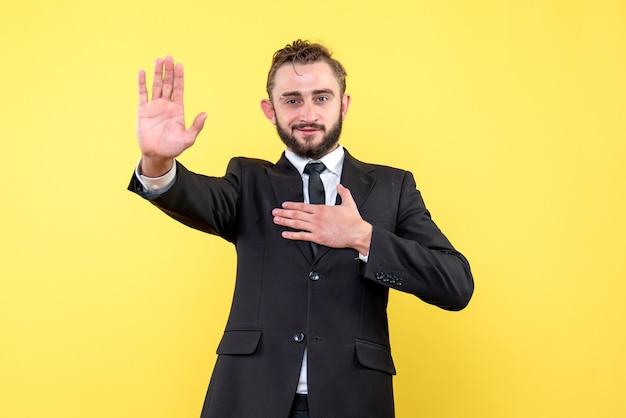 Vue de face du jeune homme homme d'affaires gratitude sur jaune