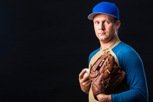 Vue de face du joueur de baseball avec espace de copie