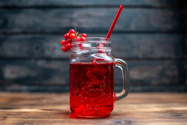 Vue de face du jus de canneberge frais à l'intérieur de la boîte sur la couleur de la photo de la boisson aux fruits du bar noir