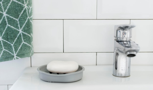Vue de face du lavabo de la salle de bain avec du savon