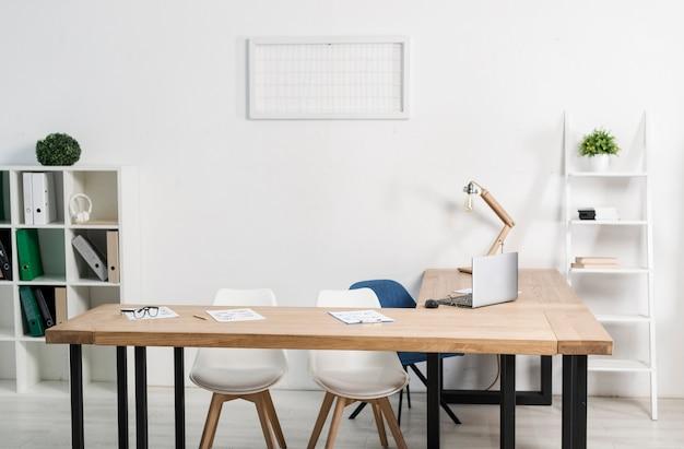 Vue de face du lieu de travail de bureau moderne