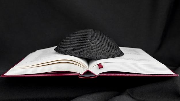 Vue de face du livre sacré avec kippa