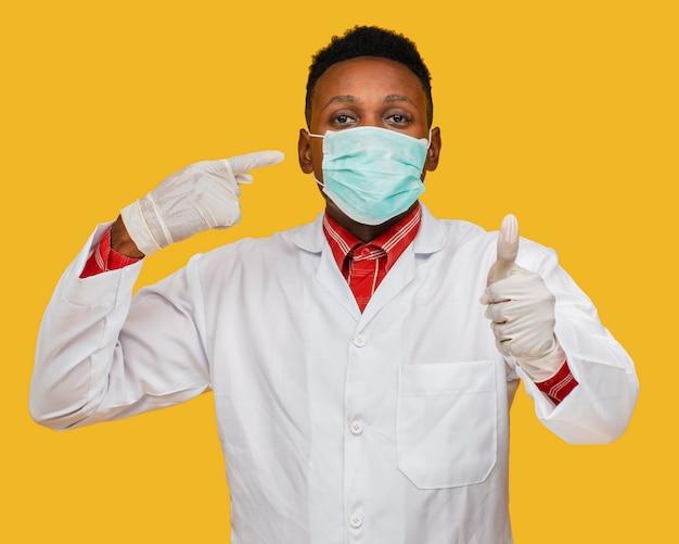 Vue de face du médecin avec concept de masque facial