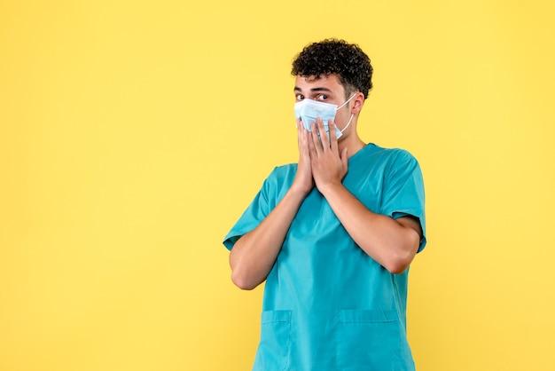 Vue de face du médecin le médecin en masque est surpris par les résultats du test de coronavirus