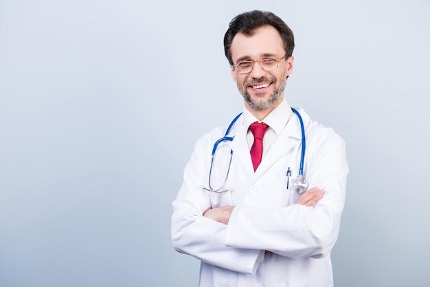 Vue de face du médecin avec stéthoscope