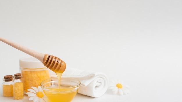 Vue de face du miel et des autres produits essentiels du spa