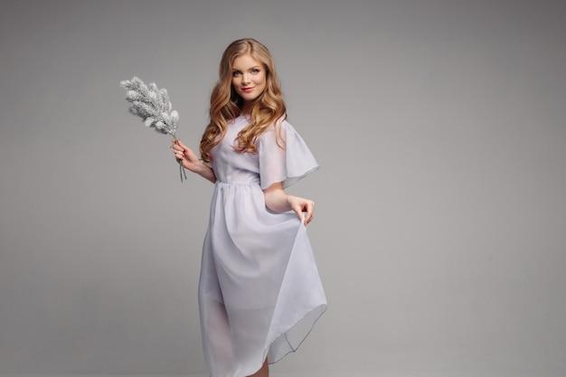 Vue de face du modèle en robe longue à la recherche