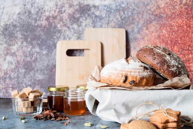 Vue de face du pain avec du miel