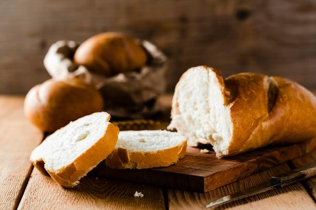 Vue de face du pain en tranches sur le hachoir