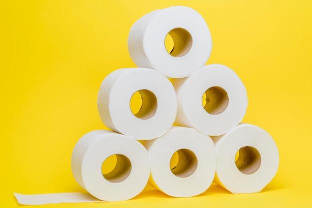 Vue de face du papier hygiénique empilé